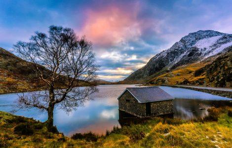 Ogwen Cottage And Llyn Ogwen Walk